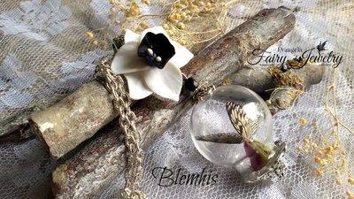 Collana ampolla farfalla bocciolo rosa narciso bianco nero natura