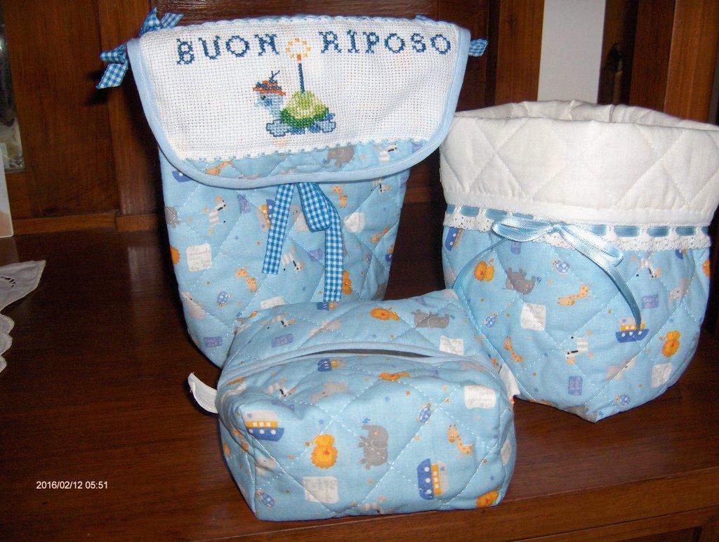 Set  tutto realizzato a mano,  composto da un  portapannoloni/portapigiama,sacchetto portacosmetici e portasalviettine
