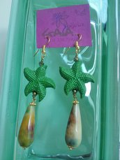Orecchini con stelle marine in resina verde e goccia verde variegata