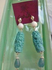 Orecchini con cilindro in resina ruvida, pallina in agata bianca, goccia in giada azzurra