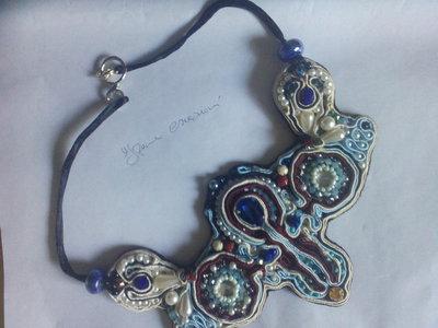 Blu cobalto e perle di varia  forma e colore caratterizzano questa importante collana a soutache..