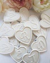 lettera su cuore in gesso ceramico