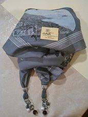 Foulard gioiello nei toni del grigio e nero