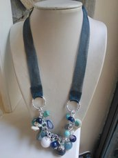 Collana con catena in titanio e pendenti bianchi, azzurri e blu