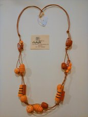 Collana con cordoncino cerato ed elementi in legno rossi e arancioni