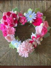 Ghirlanda fatta a mano con fiori di feltro e panno-lenci tonalità del rosa, fuori-porta personalizzabile per nascita