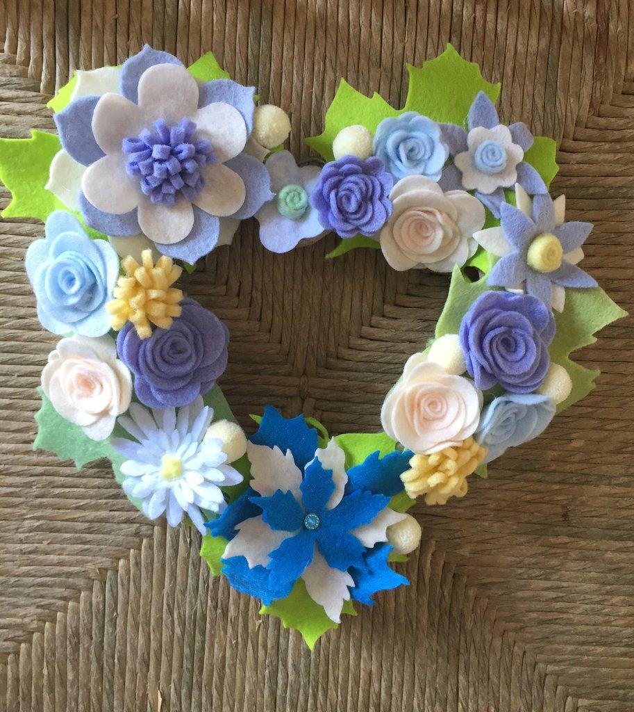 Ghirlanda fatta a mano con fiori di feltro e panno-lenci tonalità di azzurro, fuori-porta...