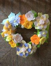 Ghirlanda fatta a mano con fiori di feltro e panno-lenci tonalità di giallo, fuori-por...
