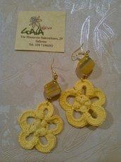 Orecchini gialli ad uncinetto con cubetto in agata giallo-arancio