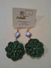Orecchini in lurex verde lavorato ad uncinetto con perla grigia a rombo