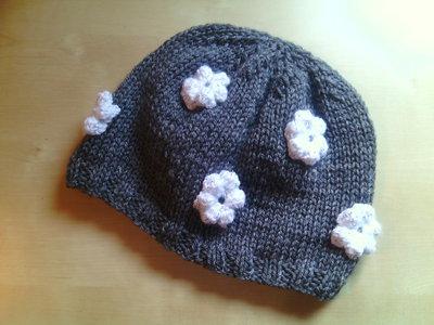 berretto lana bambina fatto a mano decorato con margherite bianche a uncinetto - cappello cuffia bambina