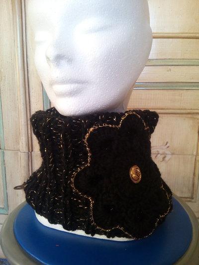 scaldacollo collo in lana donna nero e oro con fiore all'uncinetto e bottone gioiello stile da sera elegante