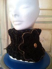scaldacollo ai ferri nero collo in lana nera e oro con fiore uncinetto elegante regalo natale da sera donna