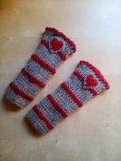 scaldamuscoli per bambina fatti a mano in lana a righe con  cuoricini all'uncinetto