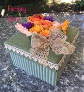 Scatola di cartone rivestita di feltro con fiori di campo di feltro