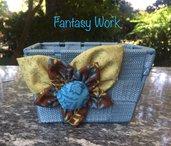 Cestino con fiore di stoffa azzurro