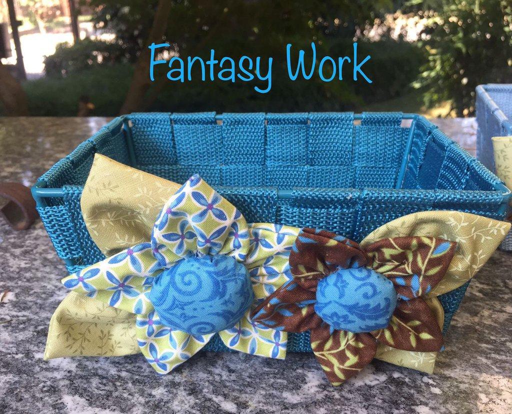 Cestino con due fiori in stoffa azzurro