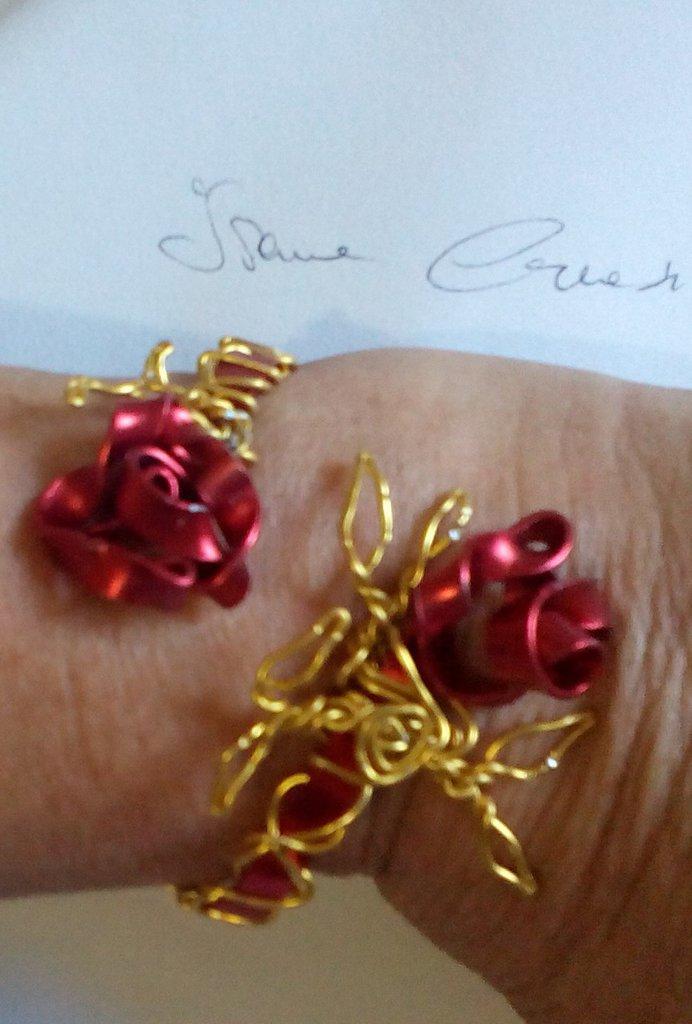Rose rosse e foglie d'oro