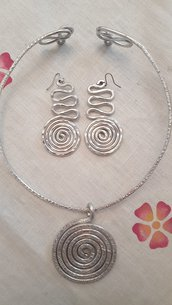 Collana girocollo in alluminio battuto con ciondolo spirale