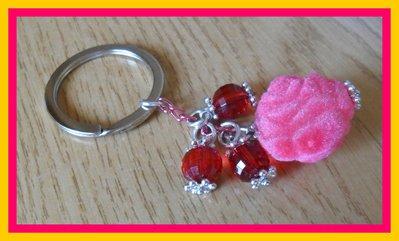 Portachiavi con rosa e perline rosse