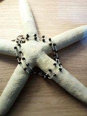 girocollo stile rosario in ottone argentato con cristalli neri
