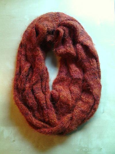 sciarpa ad anello infinity scarf per donna ai ferri realizzata in lana con un motivo a grande treccia