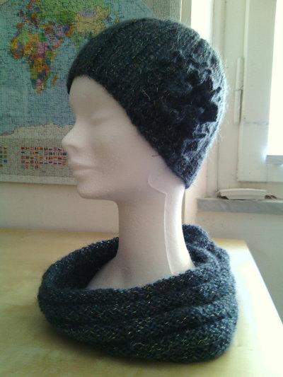 completo in lana donna berretto e sciarpa ad anello realizzato a maglia con fiore ad uncinetto