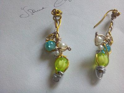 Bianco azzurro e verde acqua i colori dell'orecchino