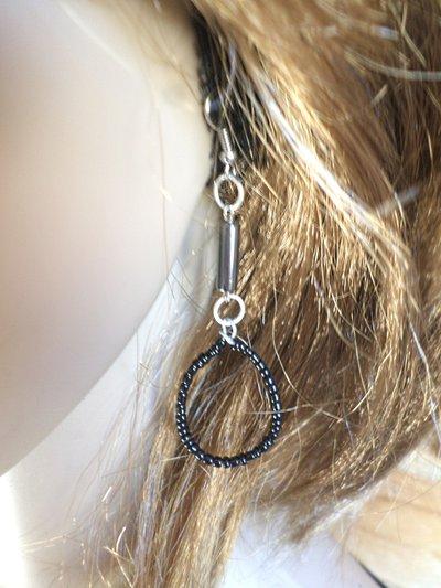 orecchini neri  a forma di goccia con perline in ceramica e pietre di ematite
