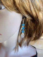 orecchini celesti con quadrucci in cristallo e simbolo buddista hom