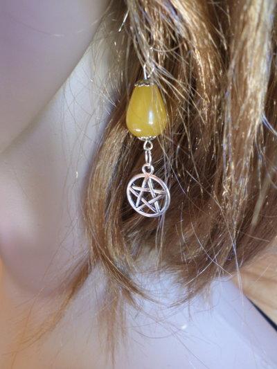 orecchini pendenti con pietra a forma di goccia di giada gialla e stella wicca pendente