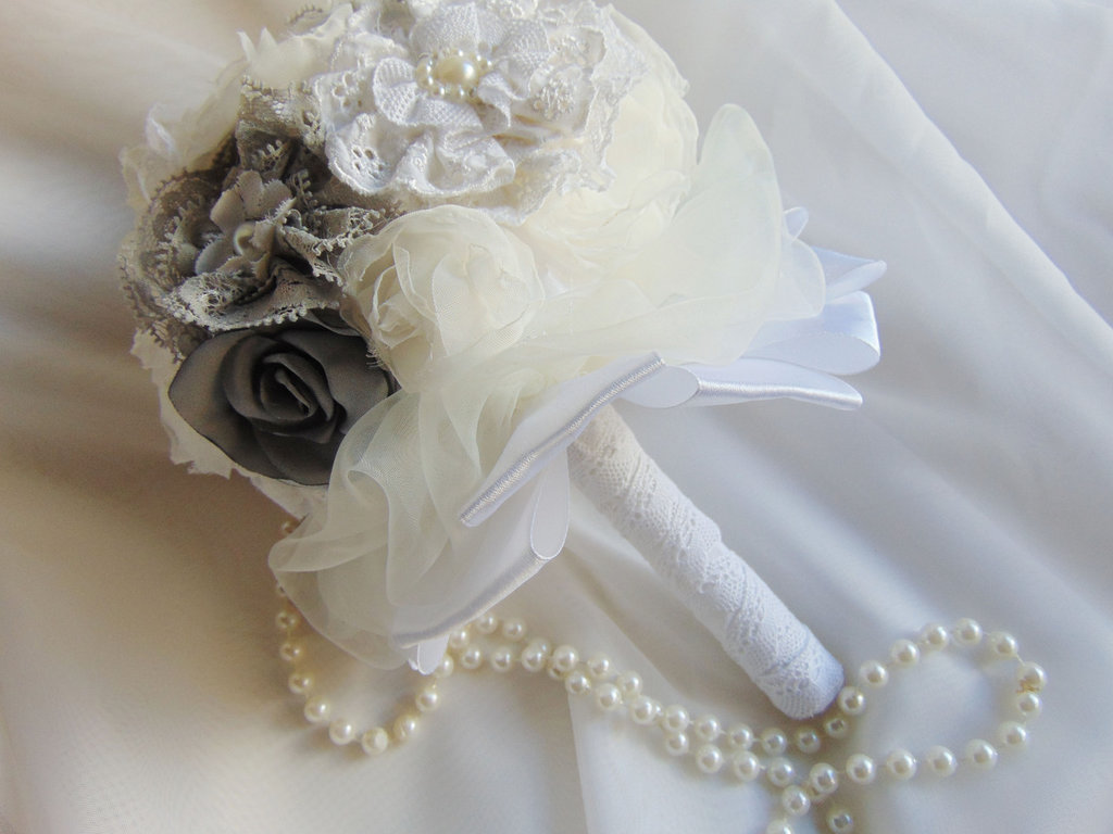 Bouquet di fiori in tessuto con perle e strass
