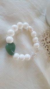 bracciale con perle di agata bianca e cuore di giada