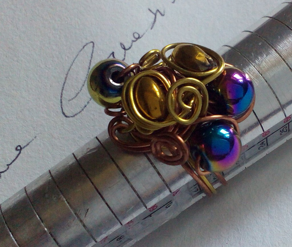 Cangianti perle imprigionate da rame e ottone