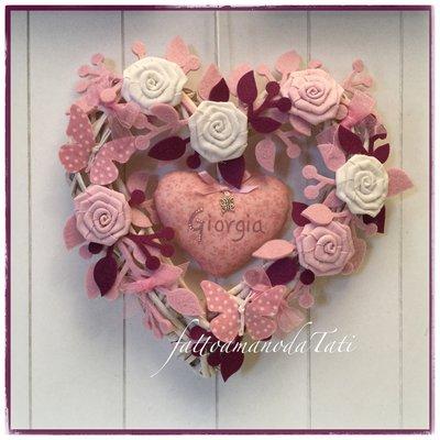 INSERZIONE RISERVATA PER FEDERICA Cuore/fiocco nascita in vimini con roselline,farfalle e due cuori sui toni del rosa e ciclamino