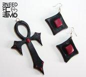 Parure gotica dark| ciondolo croce gotica| orecchini gotici| parure nero rosso rubino| effetto quarzo| idea halloween| ciondolo reliquia