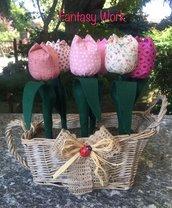 Cestino di vimini con tulipani di stoffa