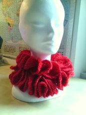 sciarpa all'uncinetto effetto volants in mohair e lurex rosso realizzata a spirale divertente e spiritosa