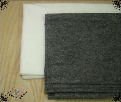 Fliselina adesiva puntinata, leggera 1 Mt. x 150 cm. di altezza, 2 colori a scelta: bianco, grigio scuro.