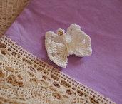 BOMBONIERA/SPILLA/DECORAZIONE.Farfalla bianca all'uncinetto,in cotone.DOPPIA.Applicazione perla/strass.Personalizzabile per colore e ornamenti.Anche in lana.