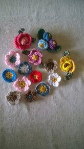 LOTTO SIG.ra DONATELLA.Riservato.UNCINETTO.Fiori in lana.Decorazioni.2 Sets primavera (fiori in lana)-Set rosa/fiore-Set tris fiori + fiore