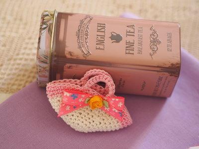 Mini BORSA uncinetto.Bianca e rosa,arrotondata con rosa in seta e passamaneria.Bomboniera di nozze/nascita/comunione,personalizzabile.Decorazione .Confezione per gioiello.