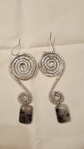 Orecchini spirale in alluminio con pietre dure