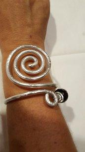 Bracciale spirale regolabile in alluminio e onice