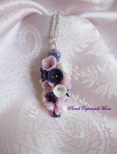 Ciondolo con perla e fiori rosa, bianchi e viola in pasta di mais