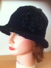 cappello cloche con tesa, nero, con fiore in lamè