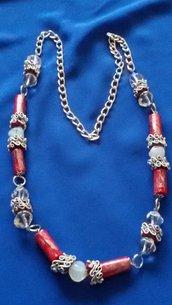 Collana rossa con perle di carta e perle in resina