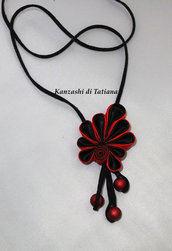 Ciondolo kanzashi colore nero rosso con tre perline