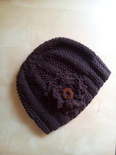 Cappello in lana per donna ai ferri ricamato con perline rocailles con grande fiore uncinetto marrone color caffè
