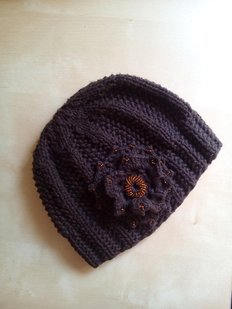 venduto in tutto il mondo il più votato genuino più nuovo di vendita caldo Cappello in lana per donna ai ferri ricamato con perline rocailles con  grande fiore uncinetto marrone color caffè